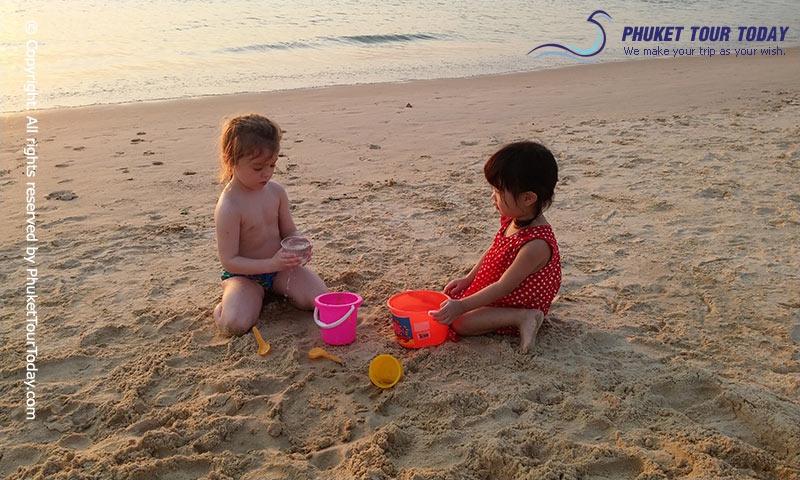 เล่นทรายหาดกะรน